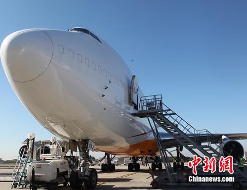图为该航线波音747-400货机,其最大载重量为110吨,运输货物包括机械设备、电气设备、电商包裹、汽车配件、电子产品等。<a target='_blank'  data-cke-saved-href='http://www.chinanews.com/' href='http://www.chinanews.com/'>中新社</a>记者 德永健 摄