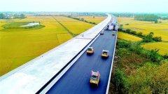 武深高速公路嘉鱼北段进行路面沥