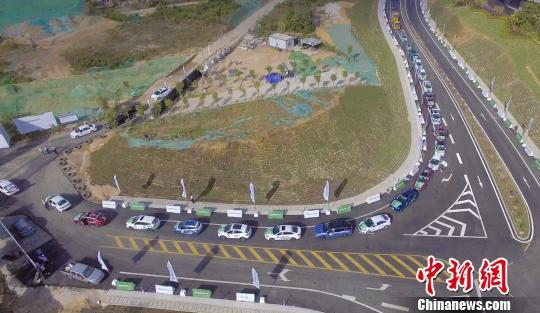 中国新能源汽车大赛(环海南岛赛)11月8日在三亚鸣枪起跑。 赛事组委会供图 摄