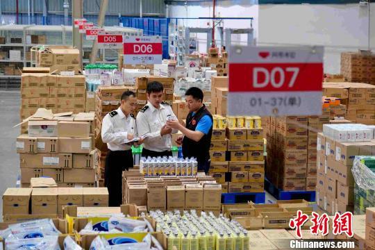 海关人员正在验放跨境电商货物 韩建全 摄