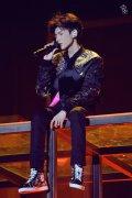 王源18岁生日会多项话题上热搜 与偶像林俊杰合唱