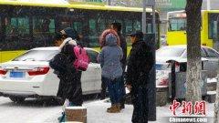 受降雪影响 乌鲁木齐国际机场滞留