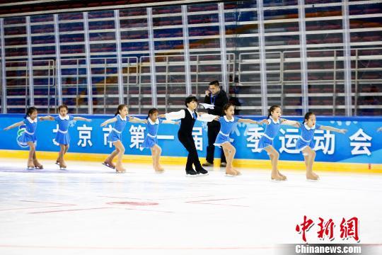 12月5日,北京市第一届冬季运动会在五棵松体育馆开幕。图为运动员入场。(完) 富田 摄