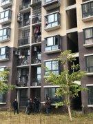 自贡一小孩坐4楼窗户上两脚悬空