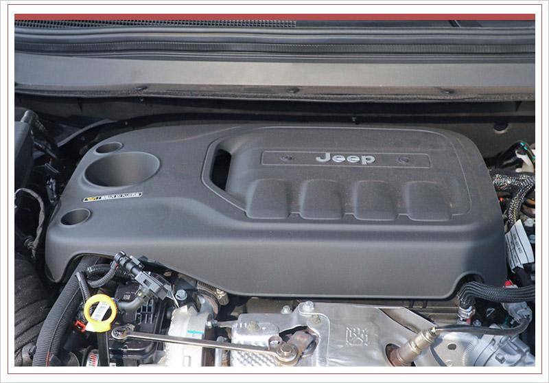 新车外观进行重新设计,全新造型头灯组采用熏黑处理,内部加入LED光源,并配有日间行车灯带,十分精致。中央配备家族标志性七孔式蜂窝状进气格栅,并辅以饰条点缀。这款SUV保险杠造型有所调整,整体更为立体,并置入ACC自适应巡航探头。