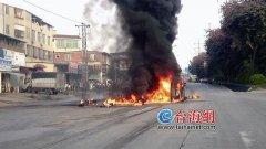 一货车在漳州市芗城区翻车着火 现