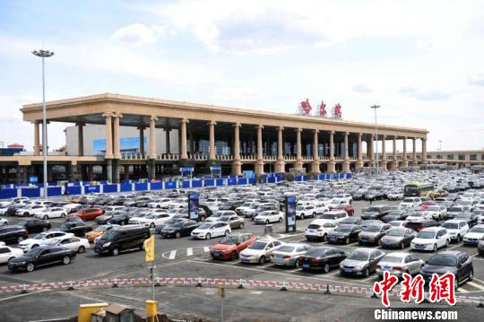 随着中俄两国在经贸、文化等领域的互动日益紧密,哈尔滨机场对俄门户机场地位日渐稳固。 刘锡菊 摄