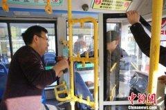 湖北襄阳公交车陆续开始加装驾驶