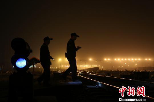 唐楚伟在检查信号控制器。 王荣鑫 摄