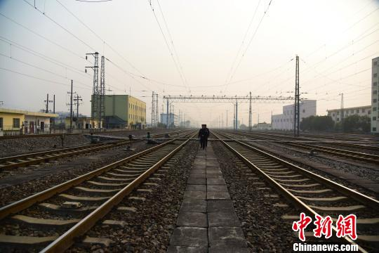唐楚伟和辅警在铁路中步行巡线,每天巡线的距离超过10千米。 王以照 摄