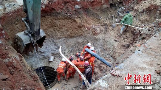 救援人员用挖掘机作业开展救援工作。 郑振盛 摄
