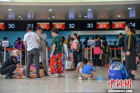 图为旅客在美兰机场候机。(资料图) 洪坚鹏 摄