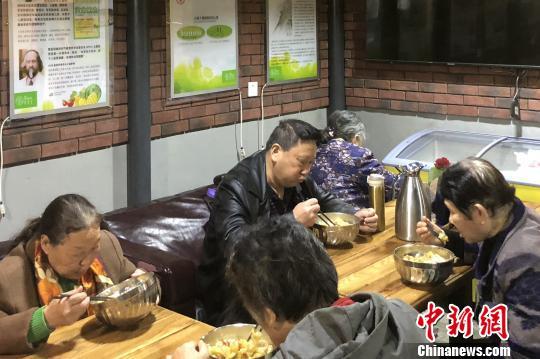 图为正在就餐的民众。 高铖 摄