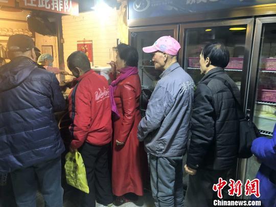 图为餐厅内排队打饭的民众。 高铖 摄