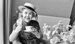 杭州92岁荷花奶奶戴着蕾丝花朵手套