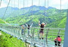 新疆首家玻璃栈桥云中漫步项目对游客开放 长约