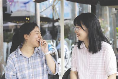 温江中学的周子逸(左)和谢陈西今年同时被清华大学录取
