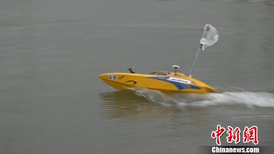 """上海海事大学带来参赛的时速可达70公里的""""小快艇""""。 徐明睿 摄"""