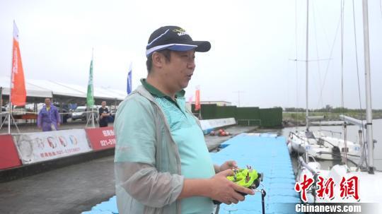 上海海事大学导师操控无人船艇参加比赛。 徐明睿 摄