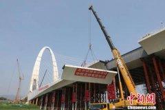 北京长安街西延新首钢大桥顺利贯