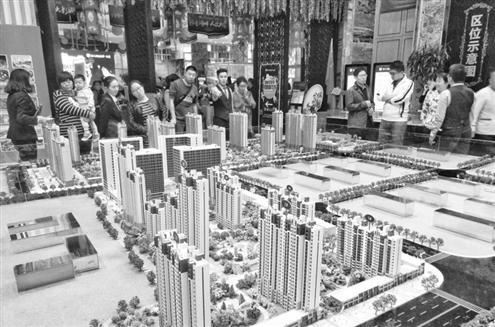 这是省城一楼盘销售处,购房者正在选房。(本报资料图)