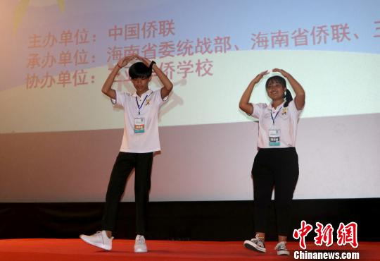 营员表演手语歌《幸福的脸》。 陈苏琤 摄