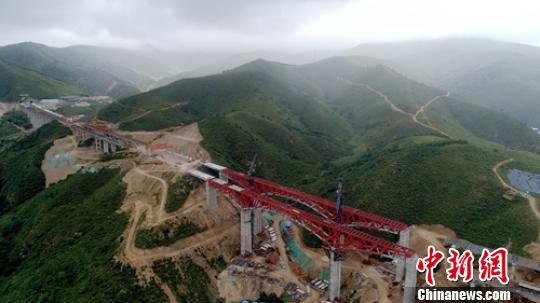 金家庄螺旋隧道正在建设中的大桥。 刘忠俊 摄