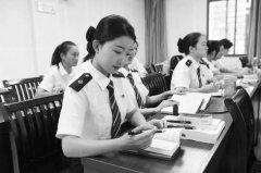 经过2年培训 上海首批动车女司机将