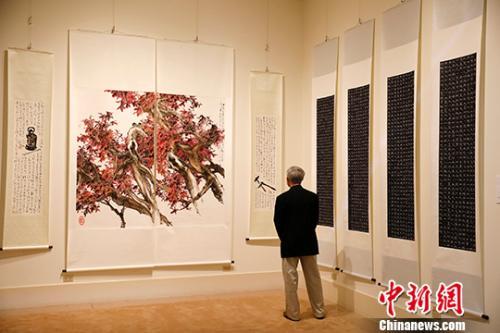"""当地时间9月7日,""""2019跨越太平洋——中国艺术节""""翰墨盛彩《百家绘中国》中美书画艺术交流巡展在旧金山太平洋传统博物馆开幕,来自中国及美国加州30余位画家的60余幅作品参加了展览。<a target='_blank'  data-cke-saved-href='http://www.chinanews.com/' href='http://www.chinanews.com/'>中新社</a>记者 刘关关 摄"""