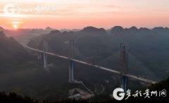 贵州平塘特大桥顺利实现合龙 全长