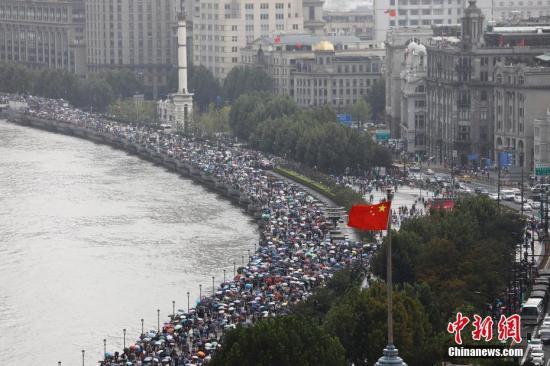 10月2日,游客在上海外滩滨江步道上欣赏浦江两岸美景。 殷立勤 摄