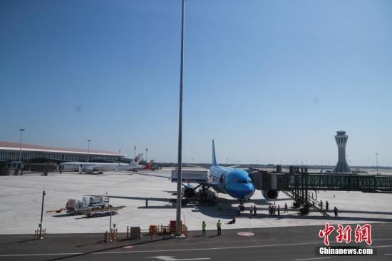 资料图:北京大兴国际机场停机坪。<a target='_blank'  data-cke-saved-href='http://www.chinanews.com/' href='http://www.chinanews.com/'>中新社</a>记者 贾天勇 摄